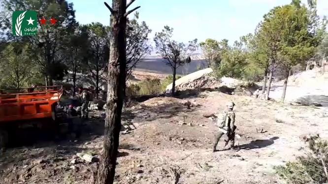 Nhóm chiến binh thuộc tổ chức TFSA do Ankara hậu thuẫn đánh chiếm cao điểm Barsaya. Ảnh Masdar News