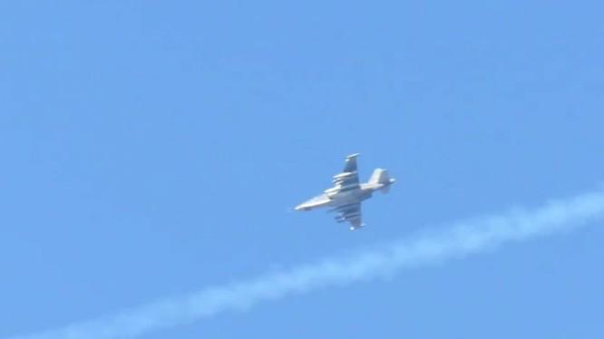 Su 25 không quân Nga không kích trên chiến trường Idlib - ảnh minh họa video Masdar News