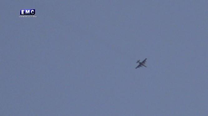 """Máy bay Su-25 """"Con quả"""" trên bầu trời không phận tỉnh Idlib - ảnh minh họa video EMC"""