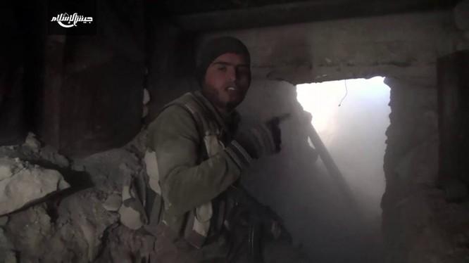 Một tay súng Hồi giáo cực đoan chiến đấu ở Đong Ghouta - ảnh minh họa video