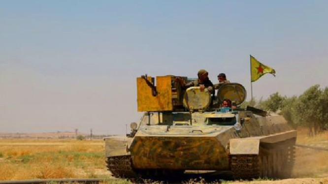 Các chiến binh người Kurd trên xe thiết giáp ở Afrin. Ảnh minh họa Masdar News