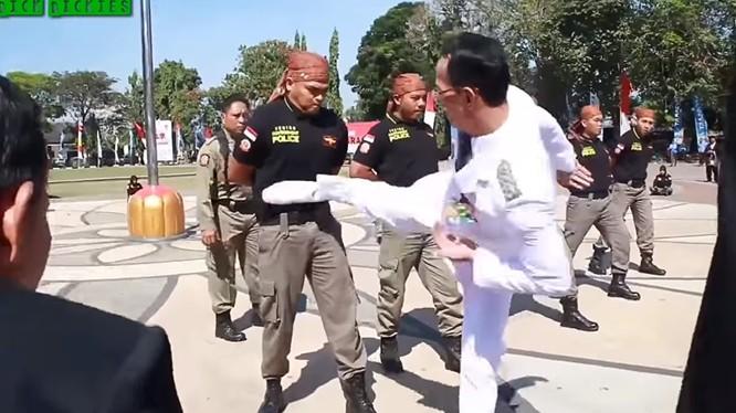 Thị trưởng thành phố Mataram, Indonesia, ông Ahyar Abduh tung cước kiểm tra sức chịu đựng của nhân viên cảnh sát. Ảnh minh họa video