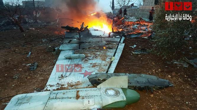 Một phần cánh chiếc máy bay Su-25 sau khi phát nổ và bốc cháy - ảnh truyền thông đối lập Syria