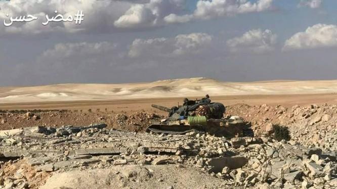 Xe tăng quân đội Syria tiến công trên chiến trường Hama, ảnh minh họa Masdar News