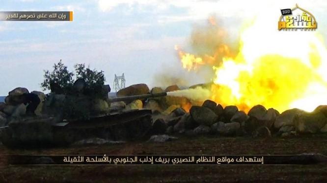 Xe tăng của nhóm thánh chiến Duy Ngô Nhĩ tấn công quân đội Syria ở Idlib. Ảnh truyền thông đối lập Syria