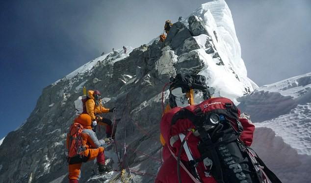 Các vận động viên leo núi chinh phục đỉnh Everest