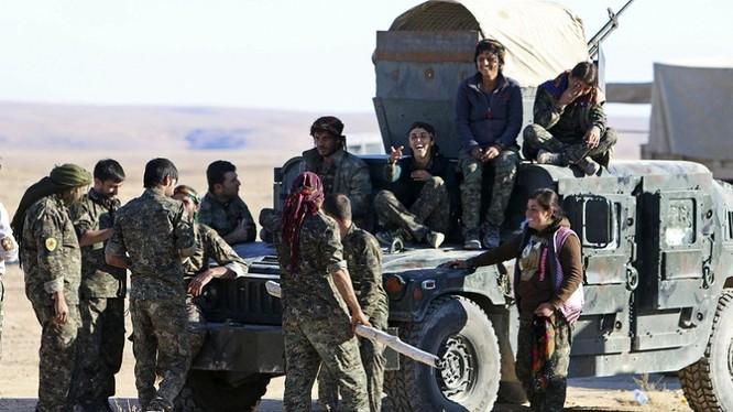 Một đơn vị dân quân người Kurd YPG với xe cơ giới Mỹ - ảnh minh họa Masdar News