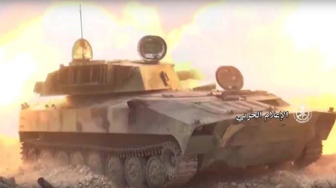 Pháo binh Syria tiến công trên chiến trường Hama. Ảnh minh họa Masdar News