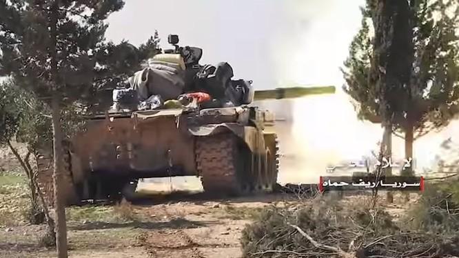 Xe tăng quân đội Syria tấn công truy đuổi IS trên vùng nông thôn tỉnh Hama. Ảnh minh họa Masdar News