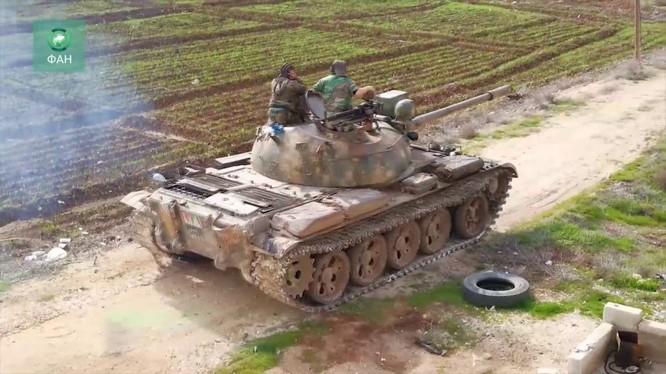 Xe tăng quân đội Syria cơ động trên chiến trường tỉnh Idlib. Anh minh họa Muraselon