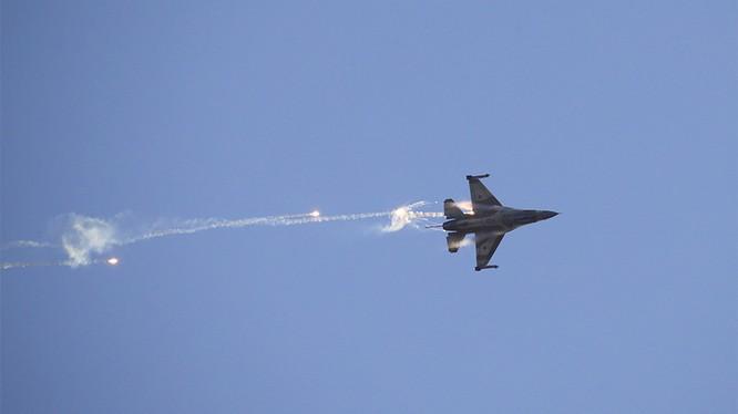 Máy bay F-16 Israel bị phòng không Syria bắn hạ Ảnh minh họa RT