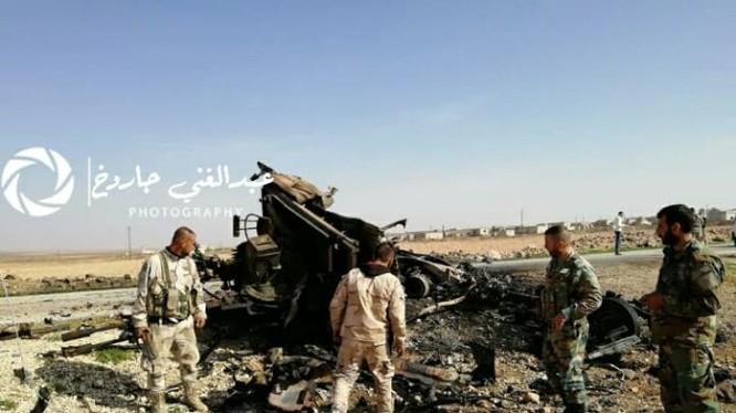 Một xe cơ giới gắn súng máy của IS bị phá hủy trên chiến trường Hama