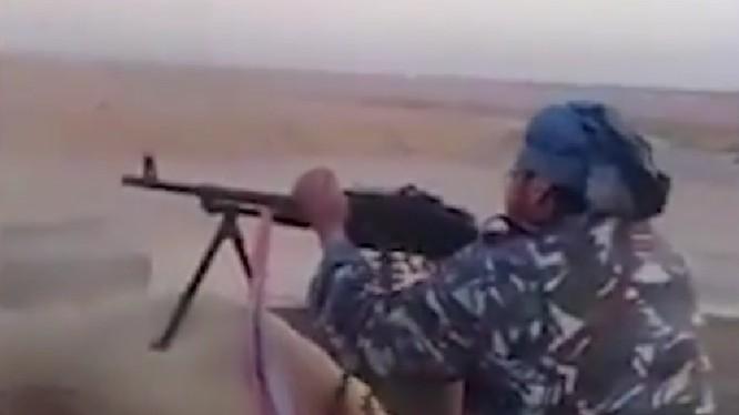 Một tay súng thánh chiến thuộc bộ lạc Euphrates đang thực hiện bắng súng máy PKMS trong lực lượng DMC Ảnh minh họa video