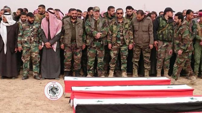 Quân đội Syria đưa tang các binh sĩ, những người đã thiệt mạng vì cuộc không kích của Mỹ ở Deir Ezzor. Ảnh Muraselon