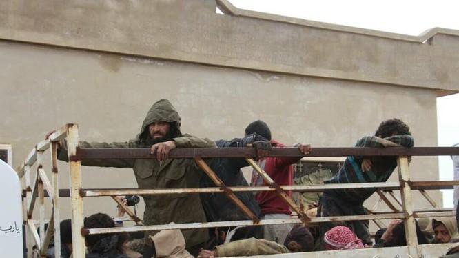 Các tay súng khủng bố IS giao nộp vũ khí đầu hàng HTS, FSA trên chiến trường Idlib. ảnh minh họa video