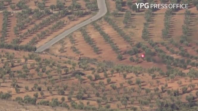 Lực lượng YPG tấn công xe thiết giáp của Thổ Nhĩ Kỳ ở Afrin, ảnh minh họa video