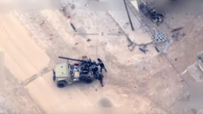 Nhóm chiến binh, được cho là dân quân người Kurd sử dụng pháo không giật trên xe Jeep - ảnh minh họa video