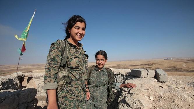 Nữ chiến binh người Kurd trên chiến trường Afrin - ảnh minh họa Masdar News
