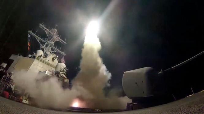 Hải quân Mỹ phóng tên lửa hành trình Tomahawk tấn công quân đội Syria nhân vụ chất độc hóa học ở Idlib - ảnh FoxNews
