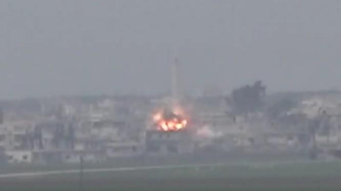 Lực lượng pháo binh - tên lửa quân đội Syria tiến công thị trấn chiến lược Al-Latamenah trên vùng nông thôn miền bắc Hama - ảnh minh họa video