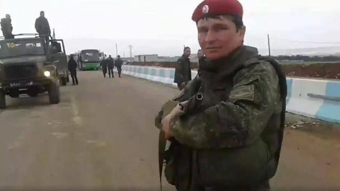 Quân đội Syria vượt cửa khẩu al-Ziyara dưới sự hộ tống của quân cảnh Nga - ảnh minh họa video truyền thông quân đội Syria