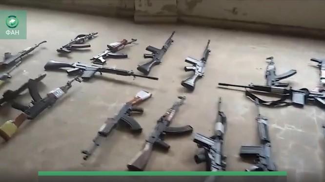 """Nhóm phiến quân """"nổi dậy"""" giao nộp vũ khí cho quân đội Syria - ảnh minh họa video"""