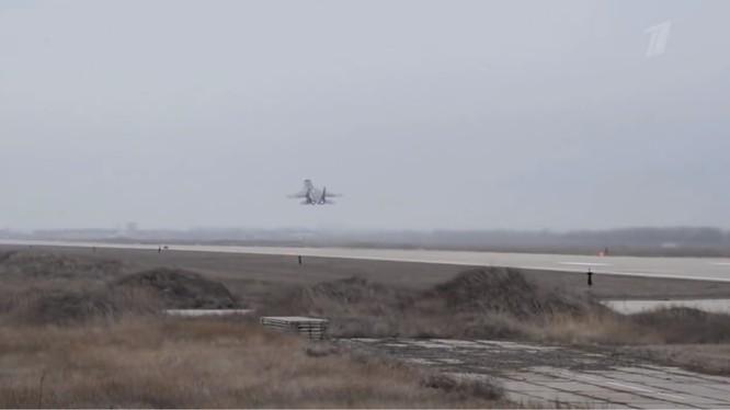 Máy bay chiến đấu Nga xuất kích trên căn cứ sân bay quân sự Khmeimim - ảnh minh họa video