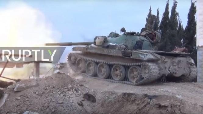Xe tăng quân đội Syria tiến công trên chiến trường Đông Ghouta