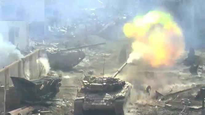 Xe tăng quân đội Syria tiến công trên chiến trường Đông Ghouta - ảnh minh họa Masdar News