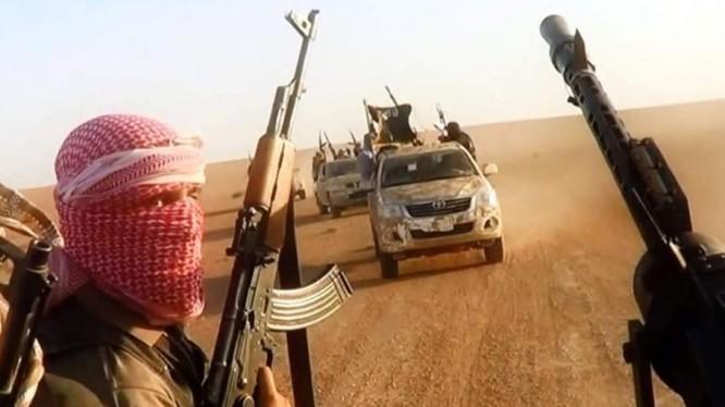 Lực lượng khủng bố IS trên chiến trường sa mạc Hasakah, ảnh minh họa Masdar News