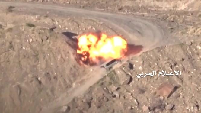 Một vụ tấn công bằng mìn vệ đường vào xe của quân đội Ả rập Xê út ở Yemen - ảnh minh họa video