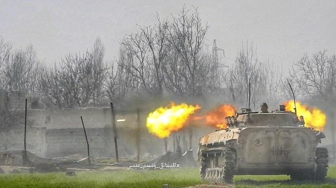 Xe thiết giáp quân đội Syria khai hỏa trên chiến trường phía đông nam Đông Ghouta - ảnh minh họa Masdar News