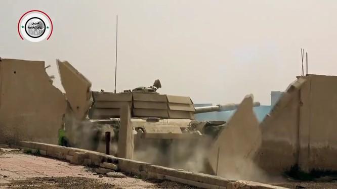 Xe tăng Vệ binh Cộng hòa đột phá qua tường sân gần làng Jisreen - ảnh minh họa video