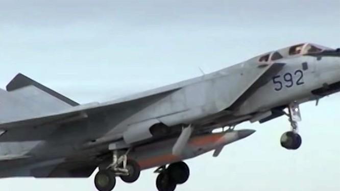 Máy bay tiêm kích đánh chặn tầm xa MiG - 31 và tên lửa Kinzhal - ảnh minh họa TV Zvezda