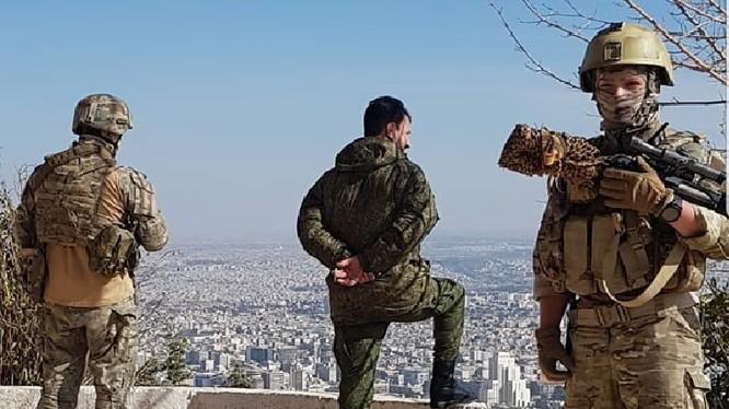 """Tướng Suheil al-Hassan, tư lệnh trưởng chiến dịch """"Thanh kiếm thép Damascus"""" quan sát chiến trường, bảo vệ tiệm cận của ông là đặc nhiệm Bộ quốc phòng Nga - ảnh Ivan Sidorenka"""