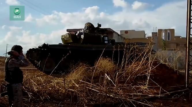 Một xe tăng quân đội Syria trên miền bắc Hama, ảnh minh họa video