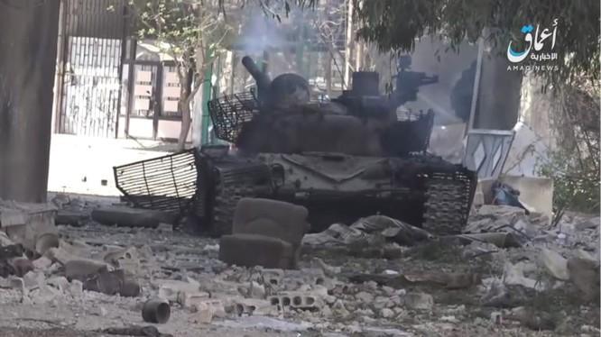 Một xe tăng quân đội Syria, được cho là bị IS bắn cháy ở khu vực trại tị nạn Yarrmouk, Damascus - ảnh trang Amaq