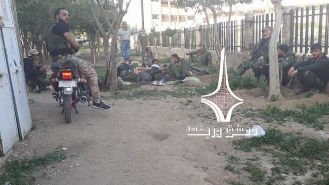 Nhóm binh sĩ quân đội Syria sau cuộc chiến chống trả lực lượng IS trong quận Al-Qadam, Damascus. Ảnh minh họa Muraselon