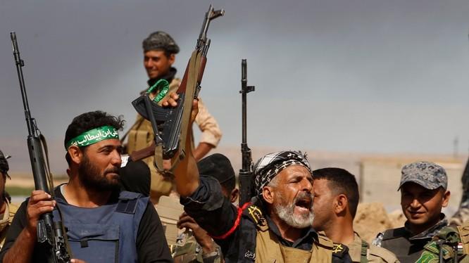 Một nhóm binh sĩ thuộc lữ đoàn tình nguyện Baqir (chiến binh bộ lạc) trên chiến trường tỉnh Homs- ảnh minh họa Masdar News