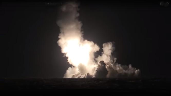 Tàu ngầm Nga phóng tên lửa - ảnh minh họa video