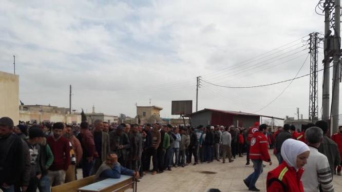 Dòng người Kurd rời bỏ thành phố Afrin, nhận hàng cứu trợ của Trăng lưỡi liềm đỏ và di tản vào Syria. Ảnh minh họa YPG Press