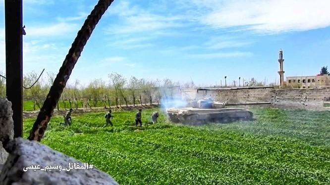 Xe tăng và bộ binh quân đội Syria tiến công vào khu vực thị trấn Ayn Tarma - ảnh minh họa South Front