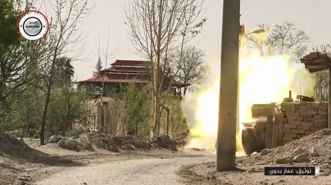 Xe tăng quân đội Syria bắn phá chiến tuyến của lực lượng Hồi giáo cực đoan ở thị trấn Kafr Batna, Đông Ghouta. Ảnh minh họa video