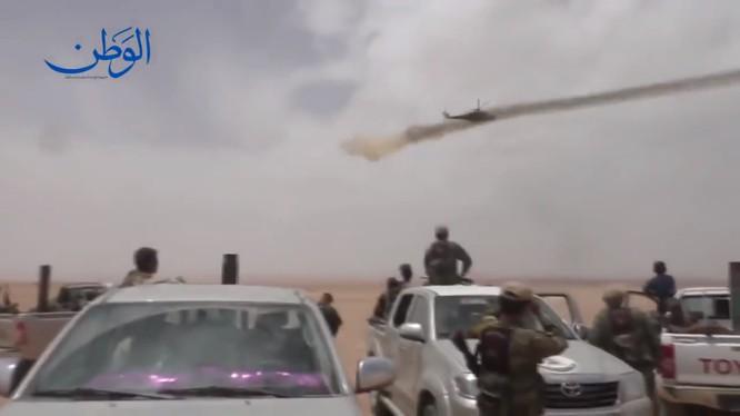 Trực thăng Ng yểm trợ cuộc tấn công của quân đội Syria trên sa mạc - ảnh minh họa video