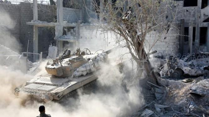 Xe tăng quân đội Syria tiến công trong thị trấn Ayn Tarma
