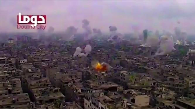 Cảnh không quân và pháo binh không kích Douma. Ảnh minh họa video