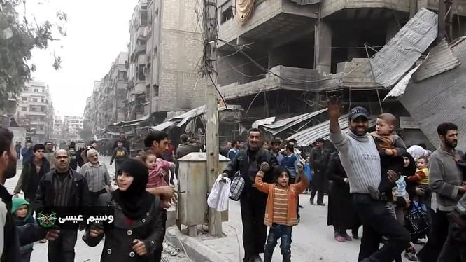 Người dân Syria xuống đường chào đón quân đội - ảnh minh họa video