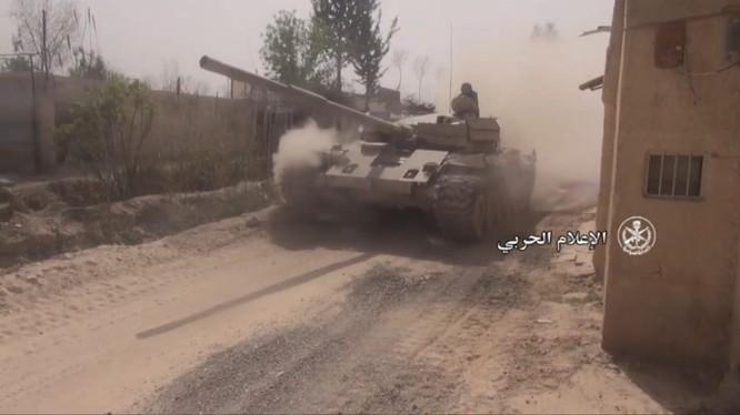 Xe tăng T-72 quân đội Syria hành quân về khu vực thị trấn thành phố Douma. ảnh minh họa video