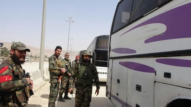 Quân đội Syria đang canh gác cac chuyến xe buýt rời Đông Ghouta - ảnh video mnh họa