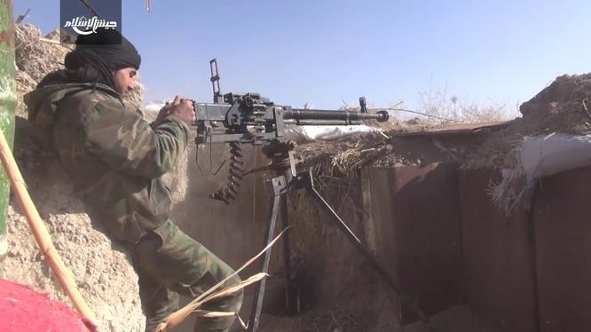Một tay súng thuộc nhóm Jaysh Al-Islam quyết chống trả quân đội Syria - ảnh minh họa video